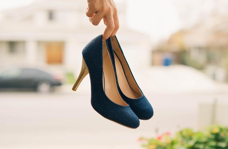 Cambiar el calzado y la altura del tacón